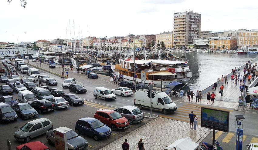 Parkplatzhölle Zadar Hafen