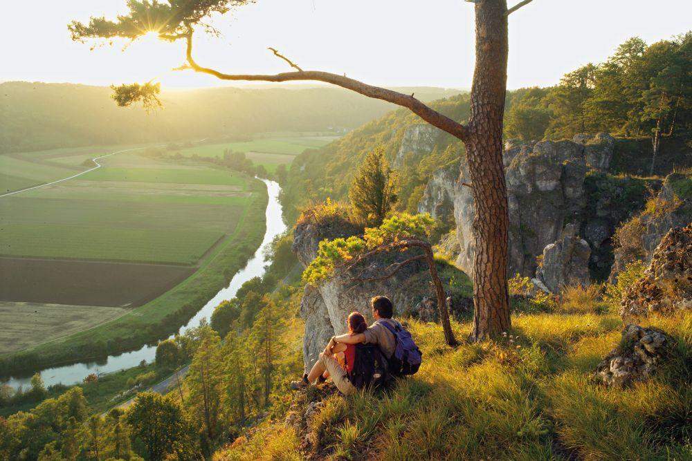 Abendstimmung am Aussichtspunkt Arnsberger Leite. Foto: www.naturpark-altmuehltal.de